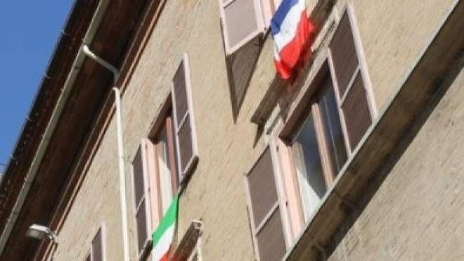Le bandiere fuori dall'ufficio del sindaco