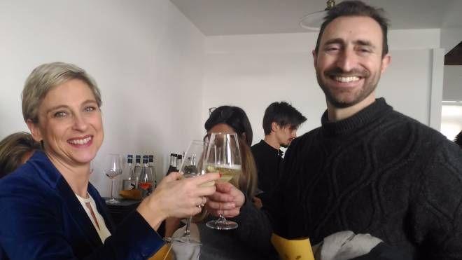 Marta Ruggeri brinda con il marito