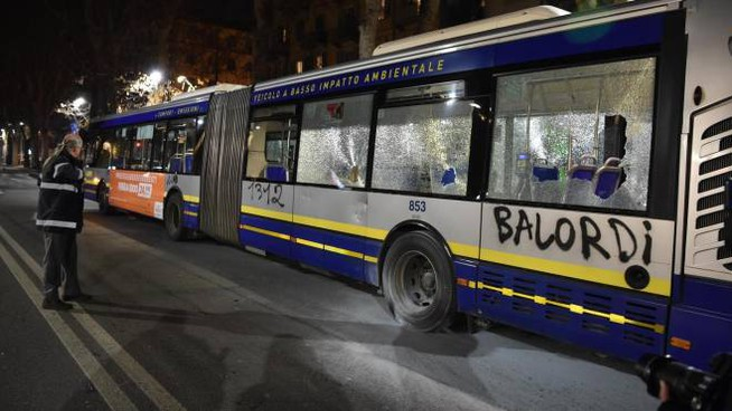 Torino, il pullman assaltato dai black block (Ansa)
