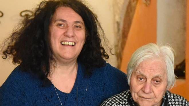 Teresa Martiriggiano accanto a sua madre, la signora Civita