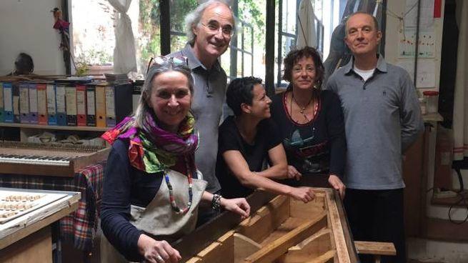Paolo Fanciullacci, a destra con  il prezioso fortepiano,  e le titolari  del laboratorio di restauro
