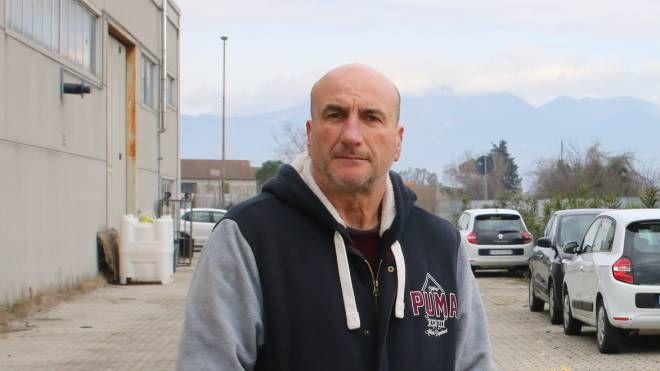 Andrea Turini davanti all'azienda (fotoservizio Valtriani)