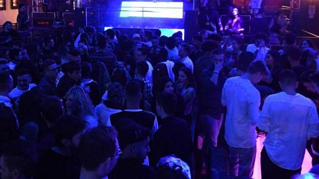 Una festa in discoteca (foto d'archivio)