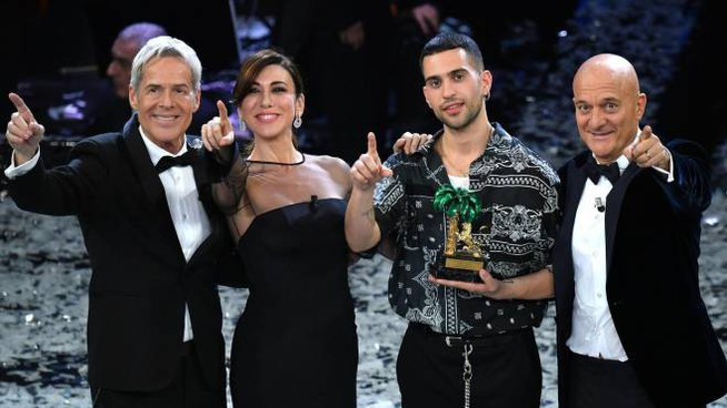 Mahmood, vincitore di Sanremo, con Baglioni, Raffaele, Bisio (Ansa)