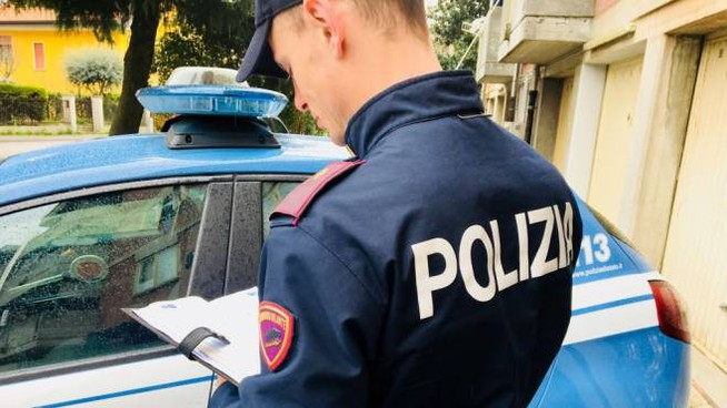 La Polizia ha arrestato un 48enne di origine albanese che aveva minacciato di morte moglie e figli