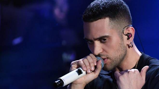 Sanremo 2019, Mahmood durante l'esibizione (Lapresse)
