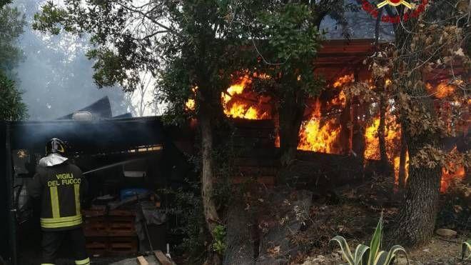 L'incendio dell'annesso agricolo (Foto vigili del fuoco)