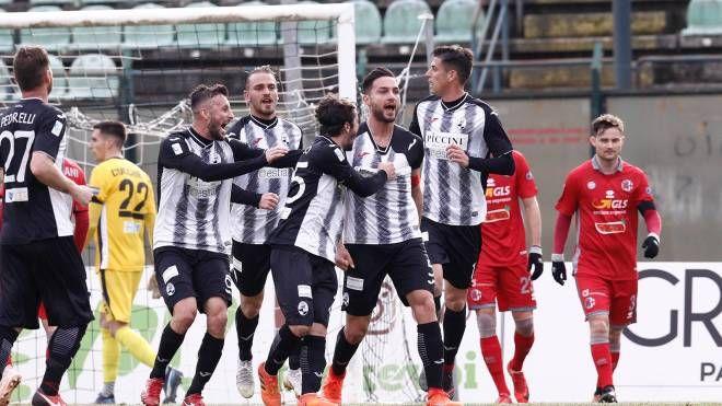 D'Ambrosio abbracciato dopo il gol