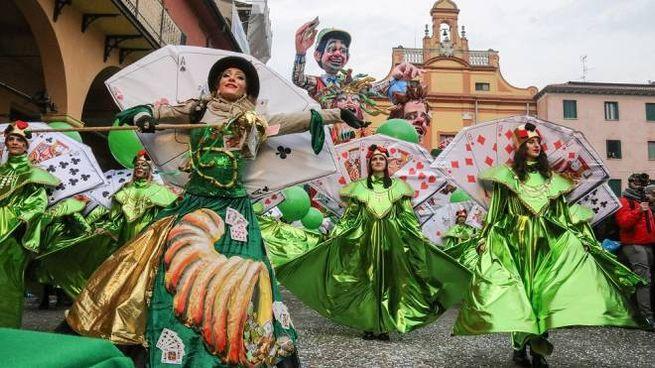 Colori e musica invadono piazza del Guercino (foto Samaritani)