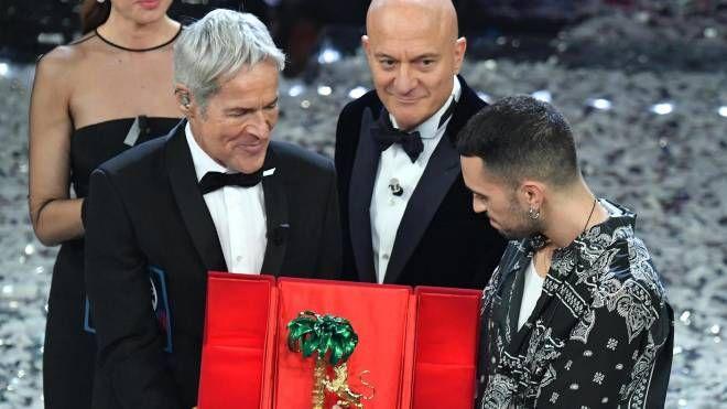 Sanremo 2019, il vincitore Mahmood con Baglioni e Bisio (Ansa)