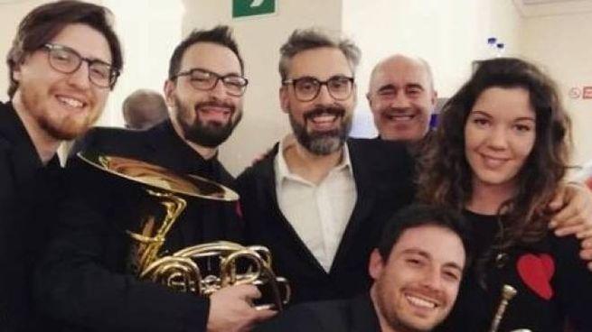 Francesco Agnello insegna musica alla scuola media Convenevole. Venerdì si è esibito con il suo  gruppo, i Rasenna Brass