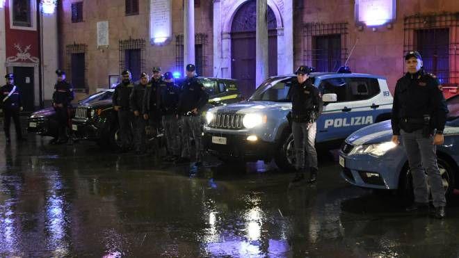 Massa. Poliziotti, carabinieri e finanzieri con il cane anti-droga (Paola Nizza)