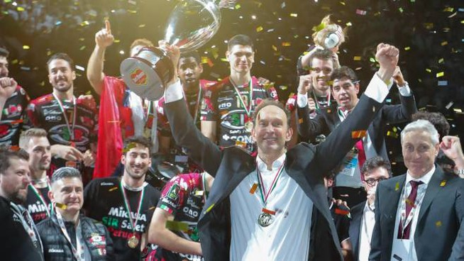 La Coppa Italia del volley resta a Perugia. I festeggiamenti dei block devils dopo la vittoria