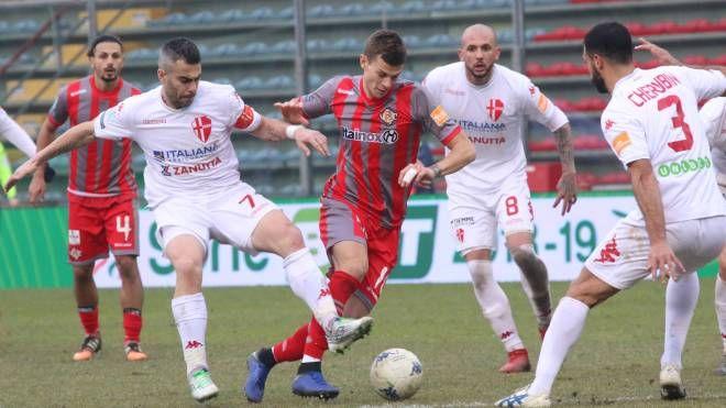 Longo cerca di farsi largo tra i difensori del Padova (Lapresse)
