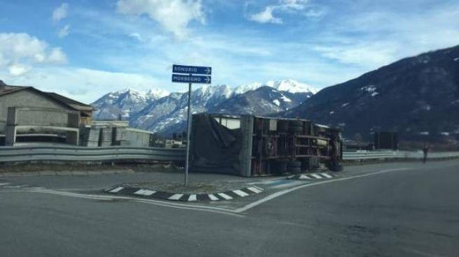 Il camion ribaltato dal vento