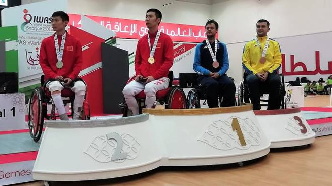 Il podio della gara di fioretto; Betti è il secondo da destra