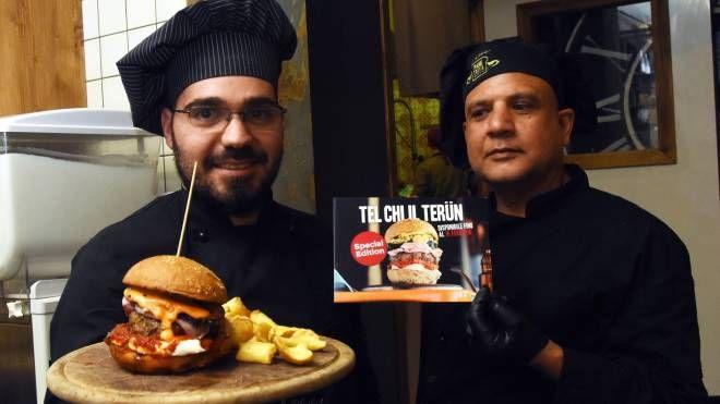 Due cuochi membri dello staff con il panino Terun