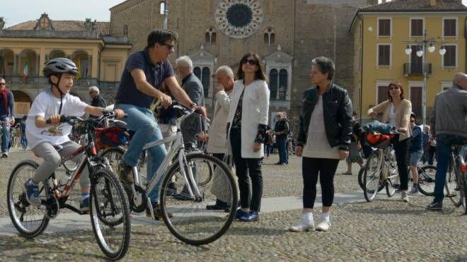Ciclisti in piazza della Vittoria (Cavalleri)