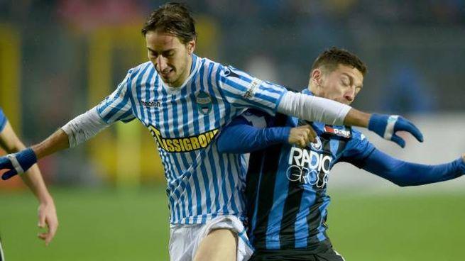 Simone Missiroli contrasta il Papu Gomez (foto Businesspress)