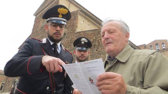 Carabinieri spiegano le strategie antitruffa (foto d'archivio)