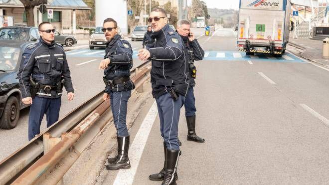 Gli agenti della Polizia civile mentre eseguono i rilievi sul luogo dell'investimento (foto Filippo Pruccoli)