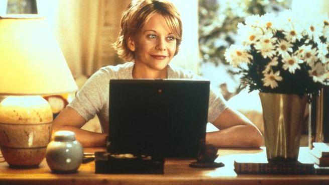 Meg Ryan nel film 'C'è posta per te'  dove si innamora di Tom Hanks dopo scambi di mail