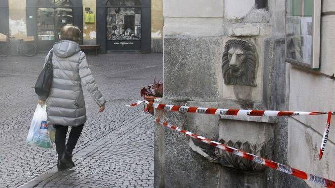 La fontanella danneggiata dal petardo (Anp)