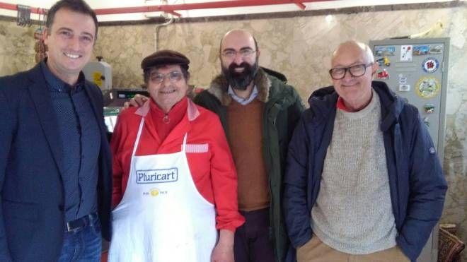 Da sinistra l'assessore Bernava, Gino Marchi, il sindaco De Ranieri e l'amico Paolo Barsotti