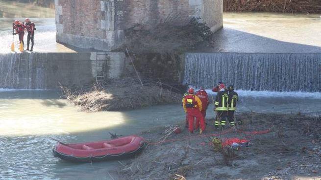 I sommozzatori in azione sul Savio, all'altezza del Ponte Vecchio