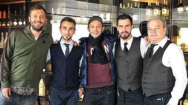 Cremonini e Valentino Rossi al ristorante Gente di mare