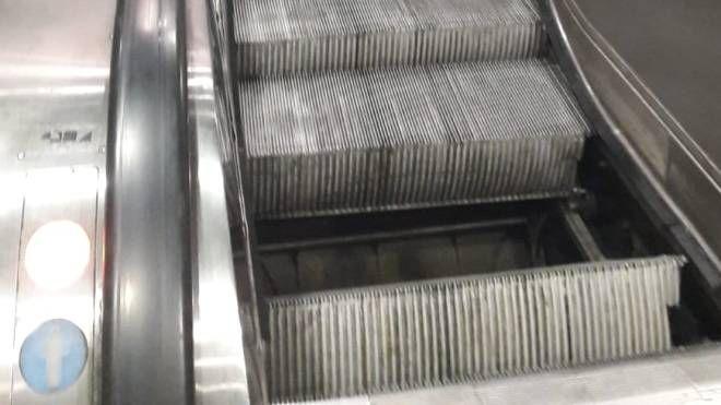 Buco nella scala mobile della metropolitana Loreto