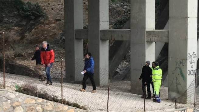 I tecnici del Comune e di Anas sotto il ponte  di Calafuria durante il sopralluogo che è durato circa un'ora