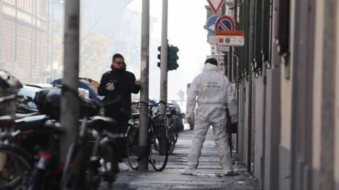 Il sopralluogo degli investigatori dopo l'esplosione della bomba