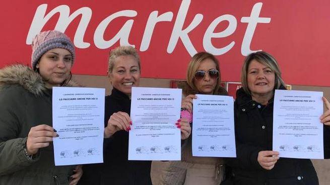 Le proteste dei dipendenti della catena francese nel Milanese