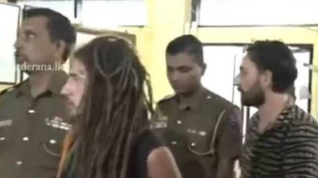 Mattia Giberti (con la maglia a righe), arrestato in Sri Lanka (da adaderana.lk)