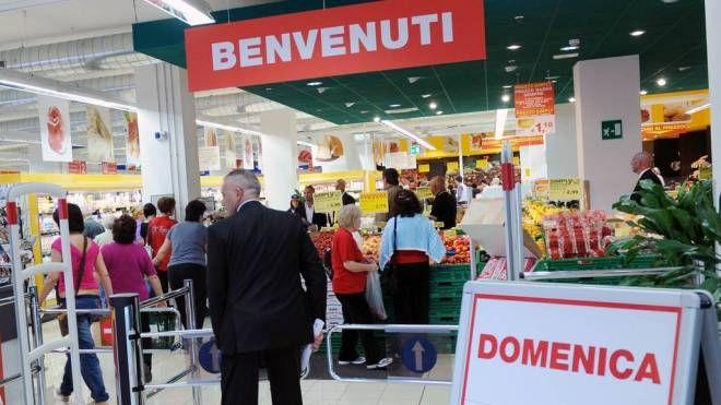 Negozi, supermercati (foto Imagoeconomica)