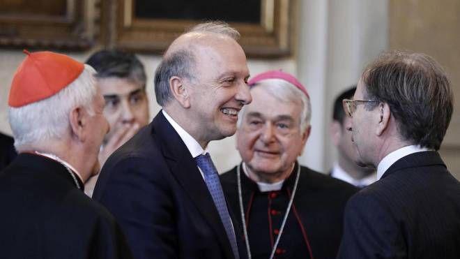Bussetti firma l'accordo per il riconoscimento dei titoli di studio della Santa Sede -Ansa