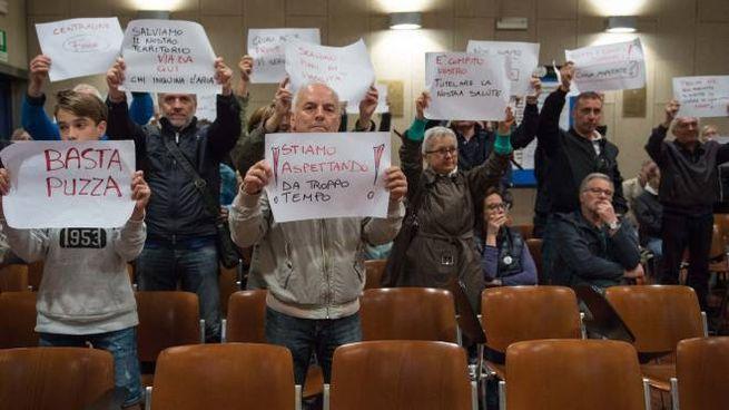 I cittadini si erano anche presentati in Comune per protestare contro la presenza dello stabilimento