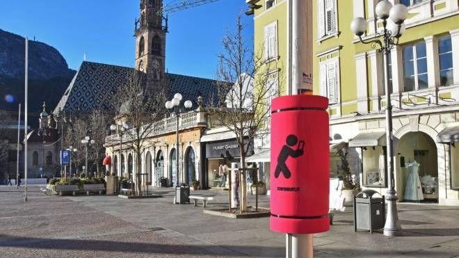 Paracolpi piazzati sui pali della luce a Bolzano (Facebook)