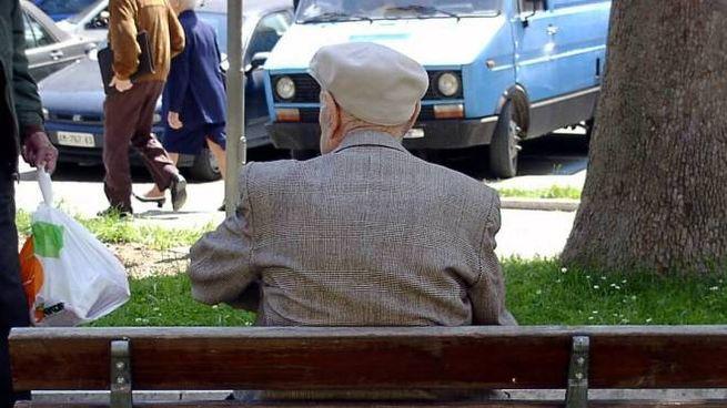 Un anziano su una panchina