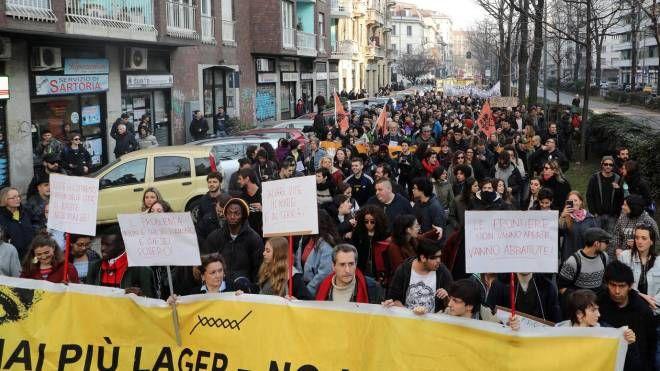 La manifestazione contro il decreto Salvini a Milano