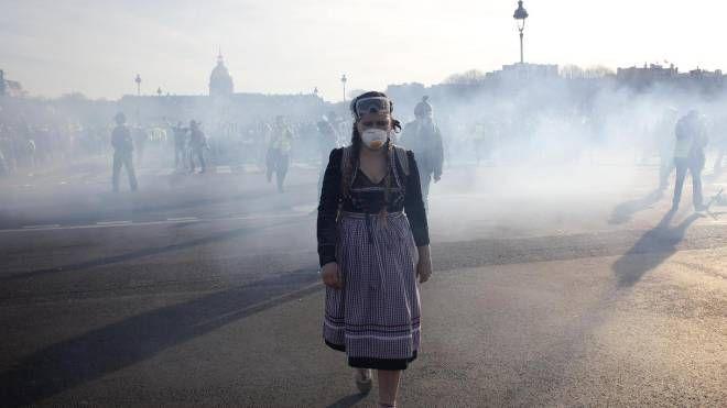 Parigi, gas lacrimogeni contro i gilet gialli