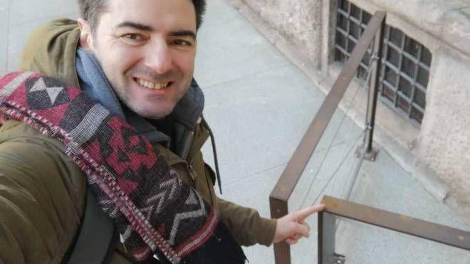 Maurizio Cremascoli della Uil mostra la barriera tagliente e arrugginita davanti all'ingresso di Palazzo Marinokjkj