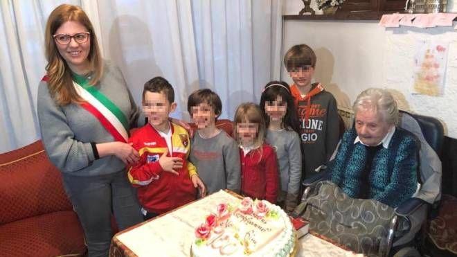Il sindaco Maura Veronese spegne le candeline assieme alla famiglia e a Rina Zanellato