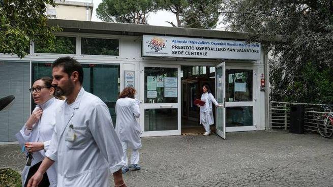 L'uomo è ricoverato da due giorni all'ospedale di Pesaro