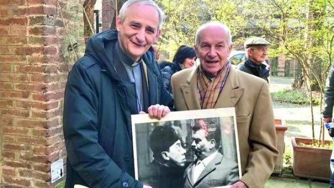 Monsignor Zuppi e Fausto bertinotti con una foto di Peppone e Don Camillo