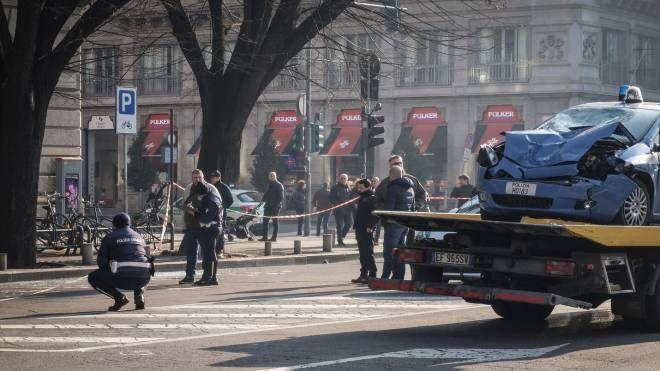 I rilievi e l'auto della polizia distrutta