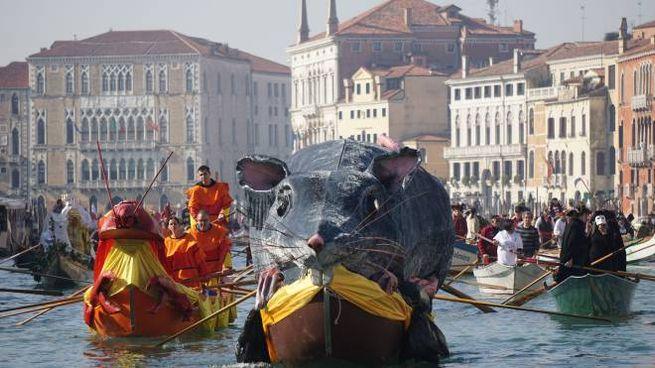 Carnevale di Venezia, la regata della Pantegana (LaPresse)