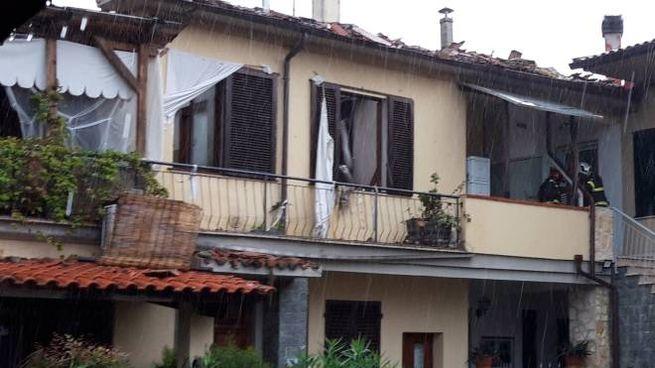 I vigili del fuoco all'opera nella palazzina esplosa