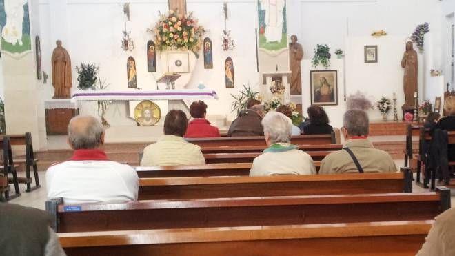 """Brisighella, prete denuncia: """"Mi hanno truffato"""". Nella foto d'archivio fedeli in chiesa"""